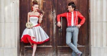 короткое платье невесты с красным поясом