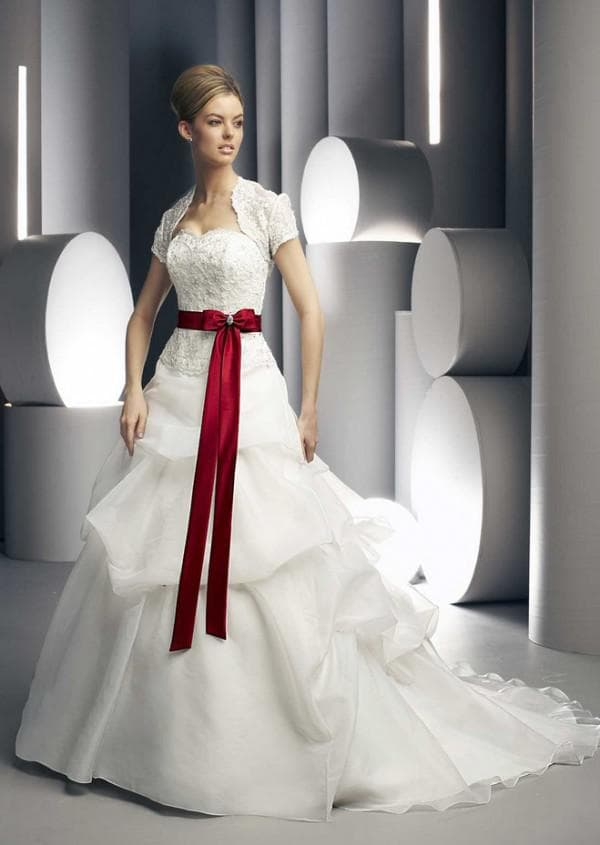 свадебеное платье с поясом бордового цвета