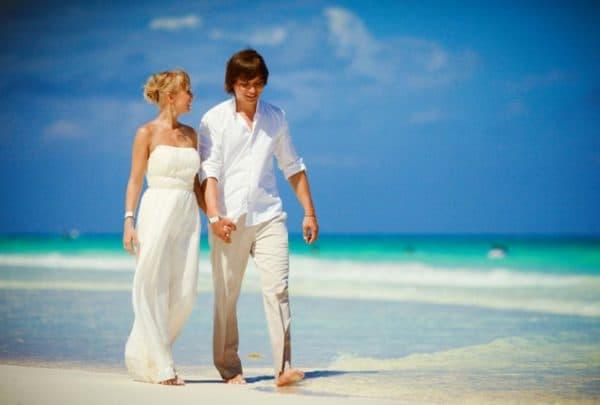 влюбленные на пляжной свадьбе