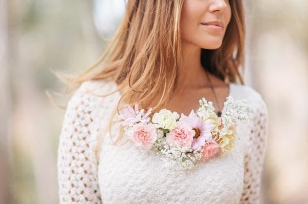 Бусы из свежих цветов для невесты на пляже