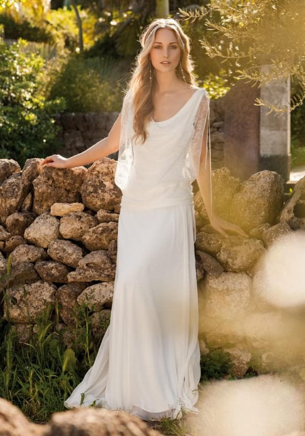 длинное платье невесты в греческом стиле для пляжной церемонии