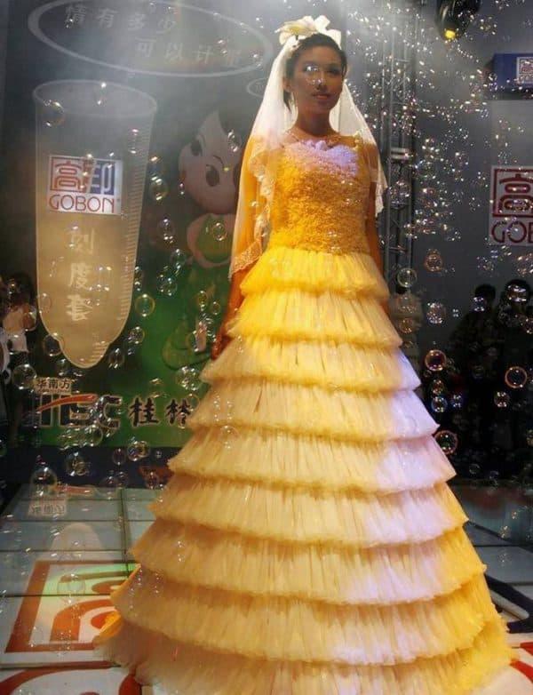 платье из презервативов для невесты