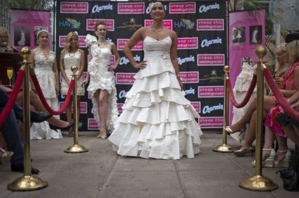 свадебный наряд из туалетной бумаги