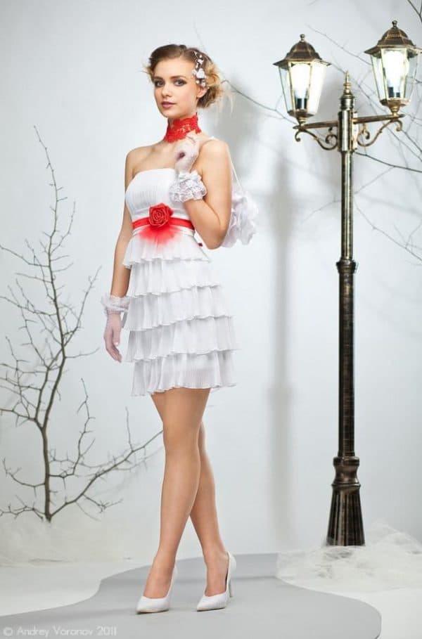 короткое платье с красной лентой на поясе