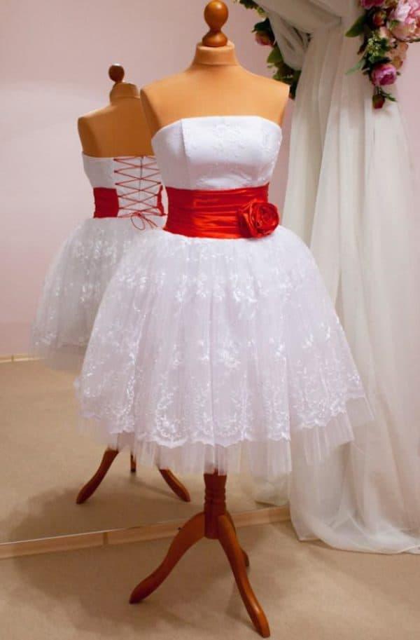 короткое платье с красной розой на талии