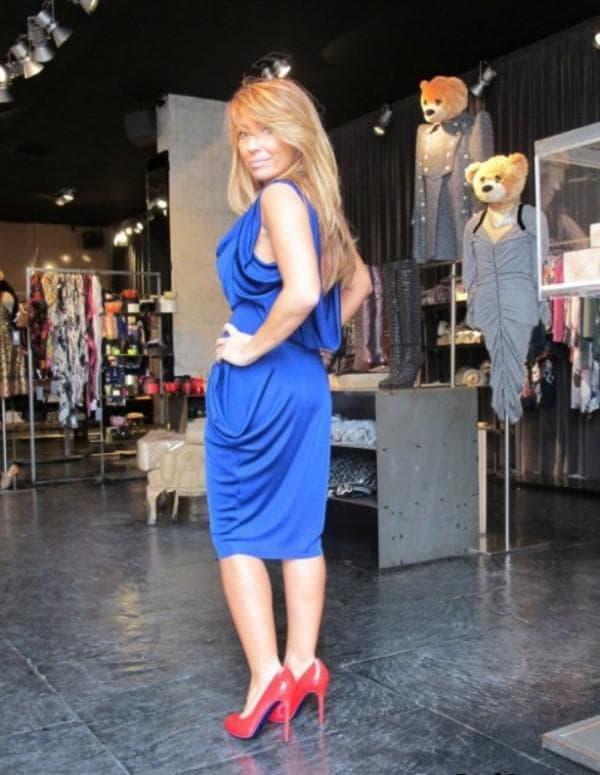 Атласное платье с красными туфлями
