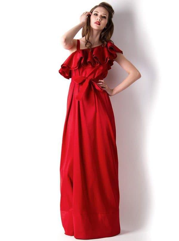 красное платье с ассиметричным лифом