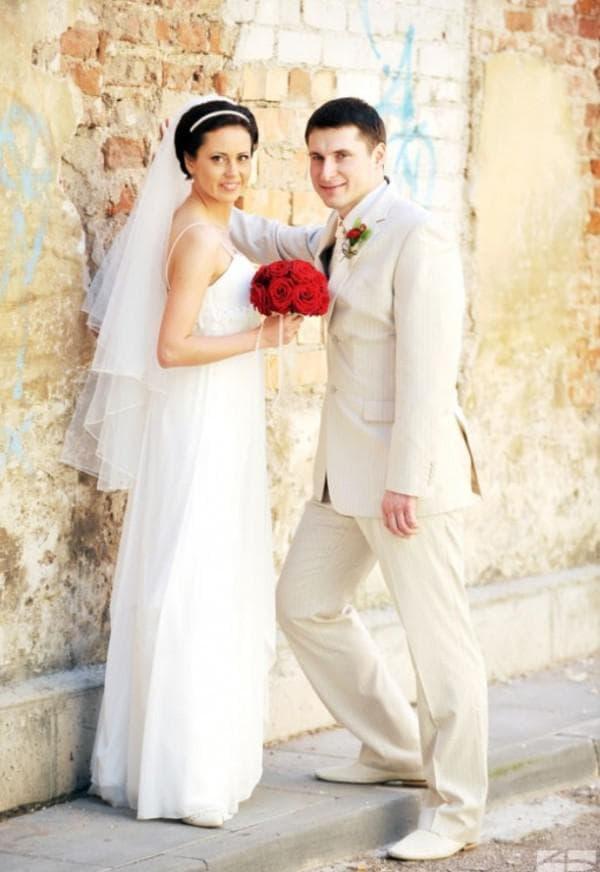 красные детали на одежде жениха и невесты