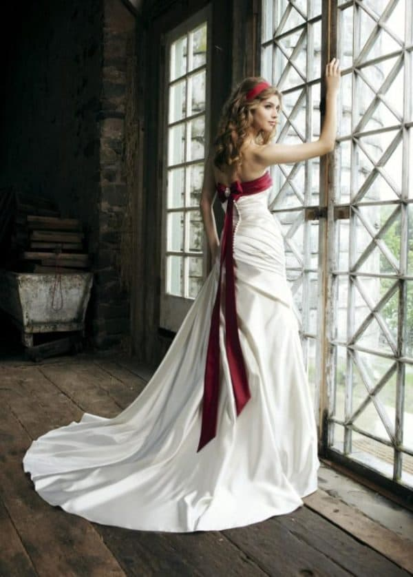 красная лента по лифу свадебного платья