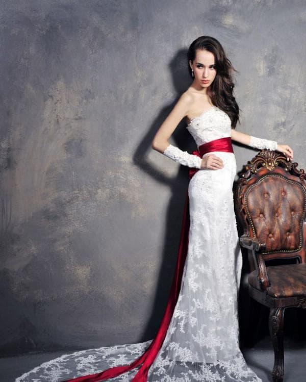 Свадебное платье в пол с красным поясом