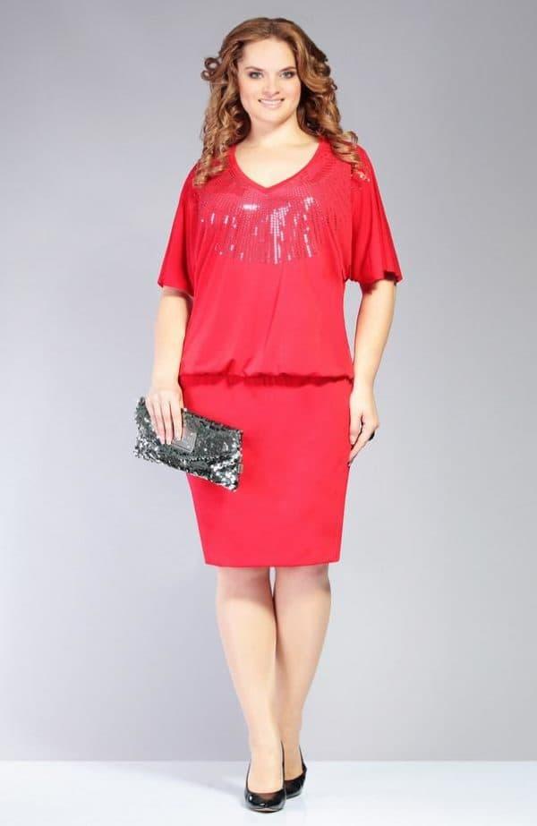Платье красного цвета с драпировкой на талии