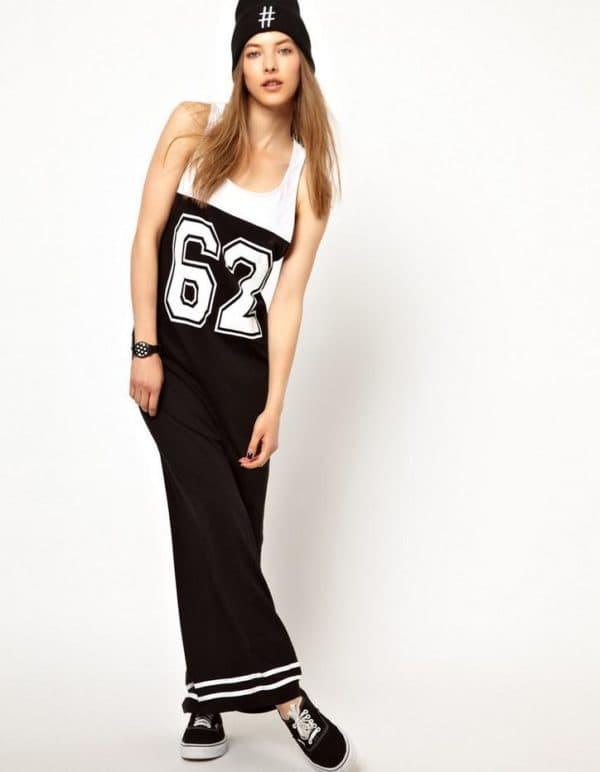 длинное платье с номером на груди