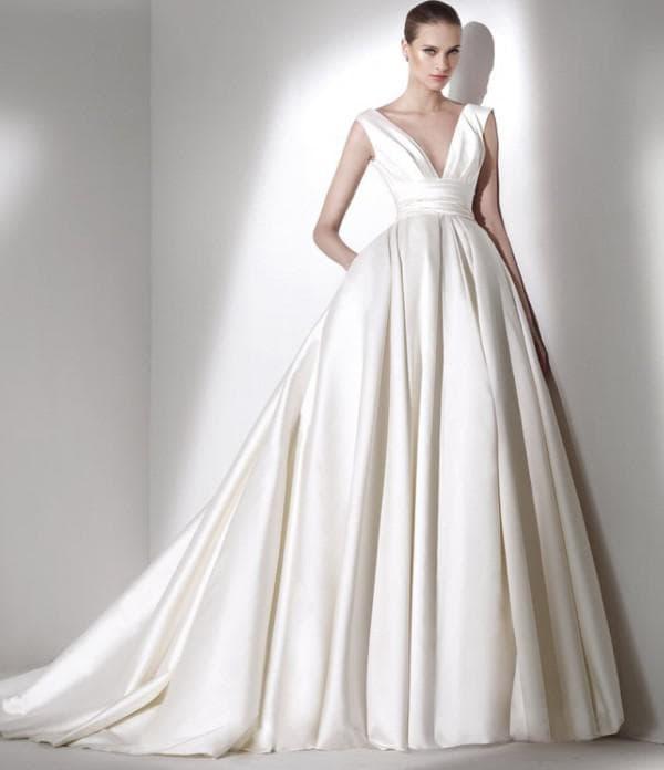 пышное свадебное платье с V-образным вырезом