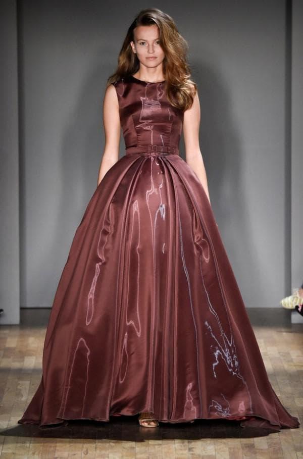 пышное вечернее платье оттенка марсала