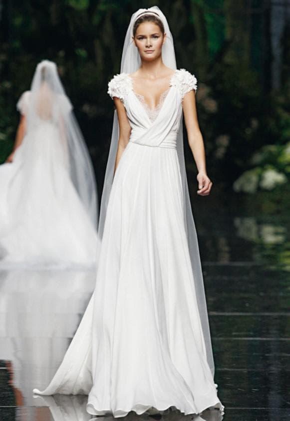 платье невесты с глубоким вырезом спереди и кружевом