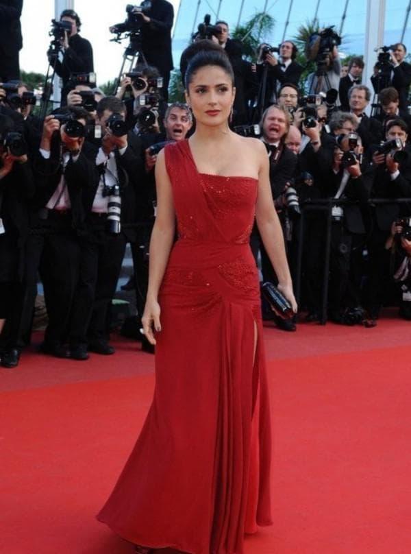 красное платье с разрезом на ноге для Сальмы Хайек