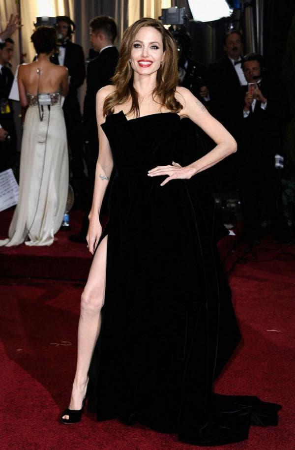 Анджелина Джоли в черном платье от Версаче