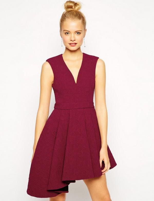 короткое платье с V-вырезом