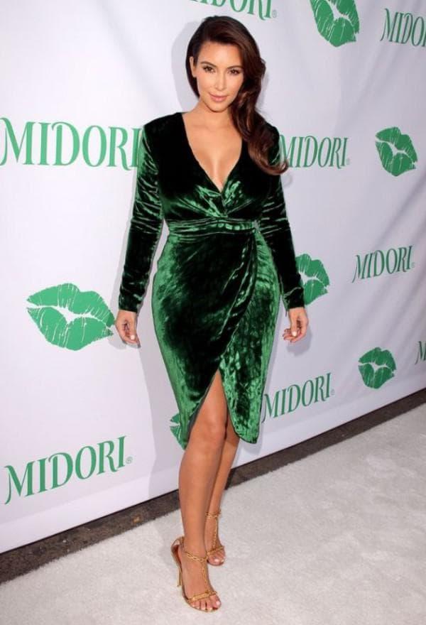 зеленое бархатное платье с запахом