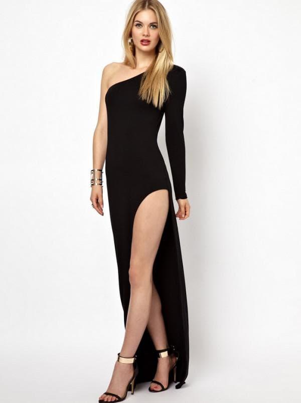 черное платье с разрезом на ноге