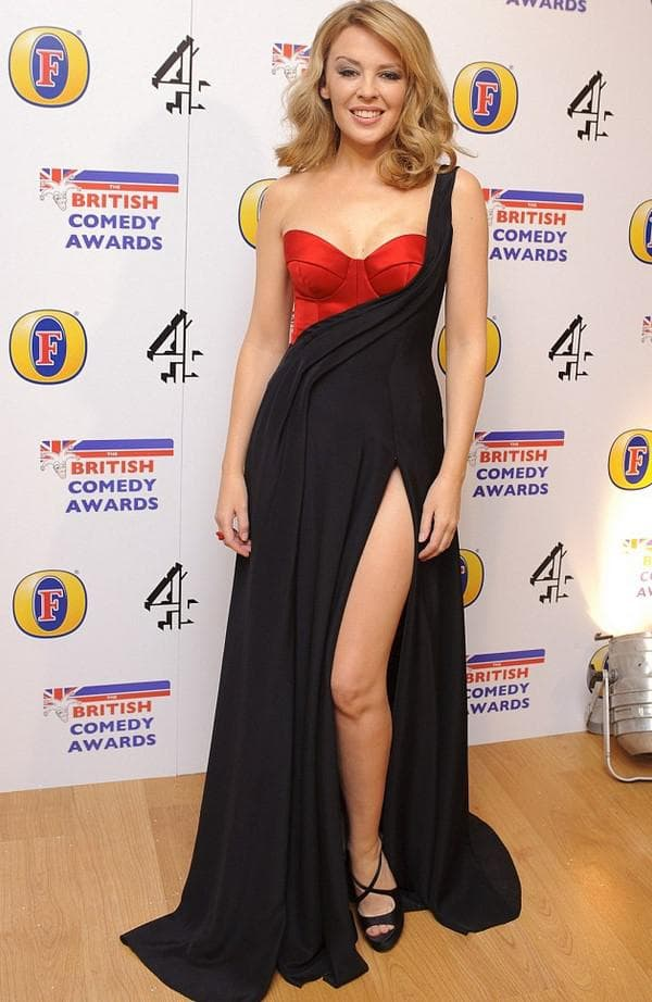 Кайли Миноуг в платье открывающем ноги