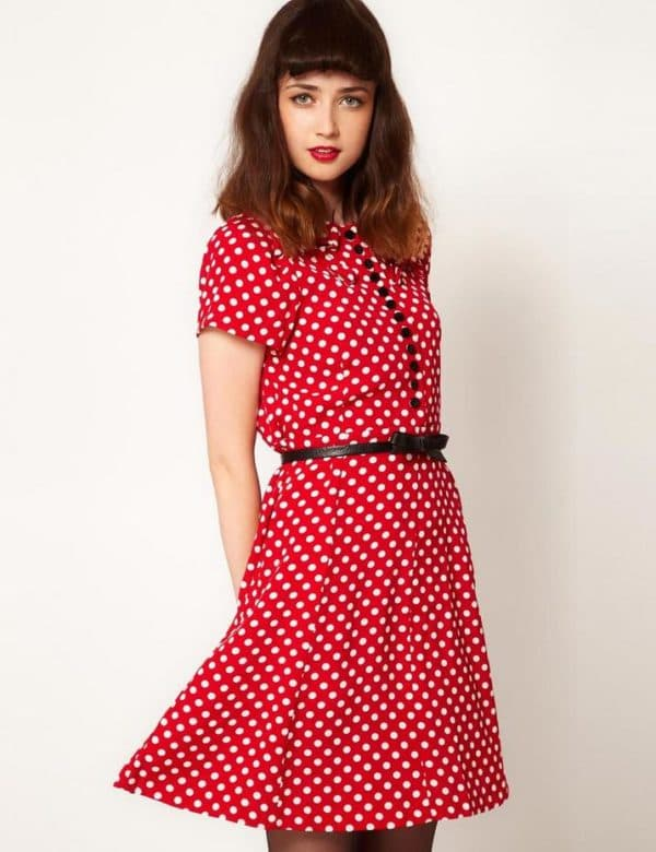красное платье в ретро стиле в горошек