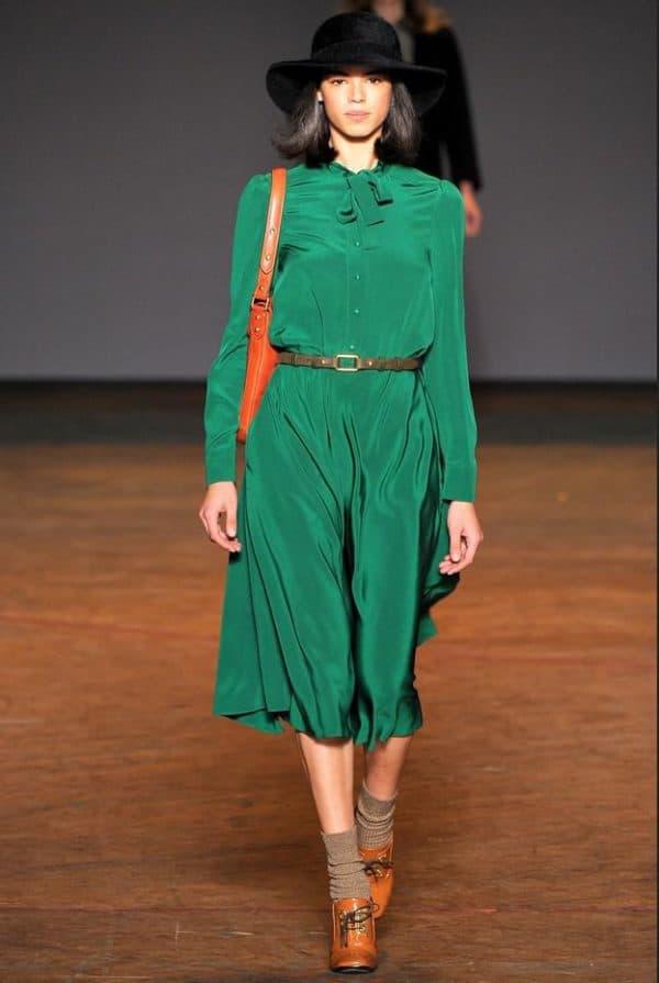 зеленое платье с туфлями и аксессуарами