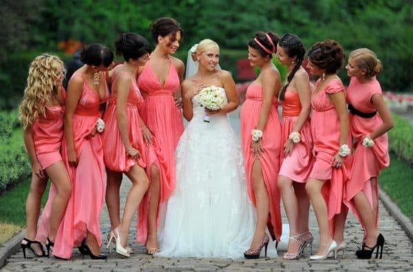 платья одного цвета на свадьбу для подруг