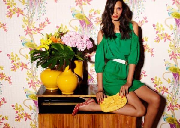 короткое зеленое платье и аксессуары