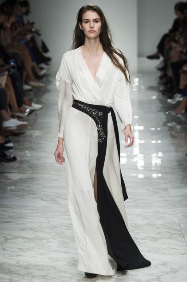 Длинное белое платье от именитого дизайнера