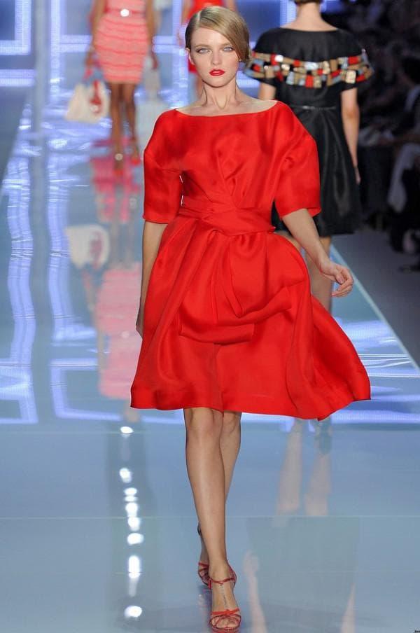 красное платье миди длины