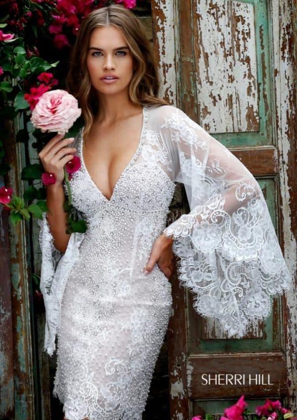 белое платье с широкими рукавами