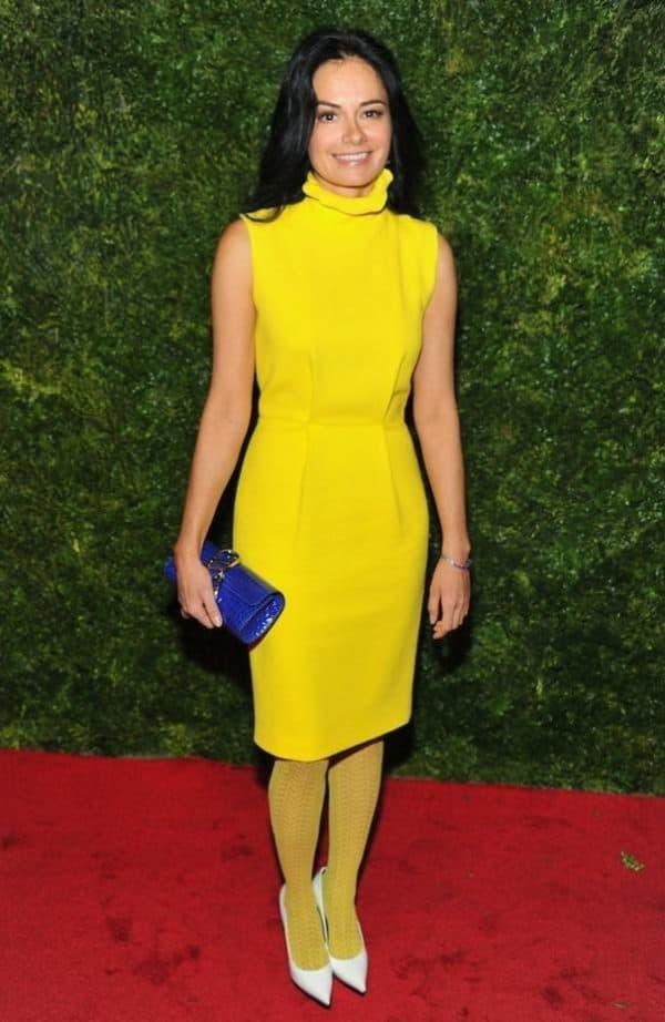 желтое платье с колготками