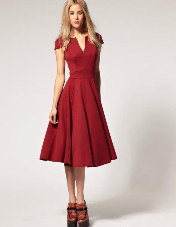 повседневное платье средней длины с расклешенной юбкой