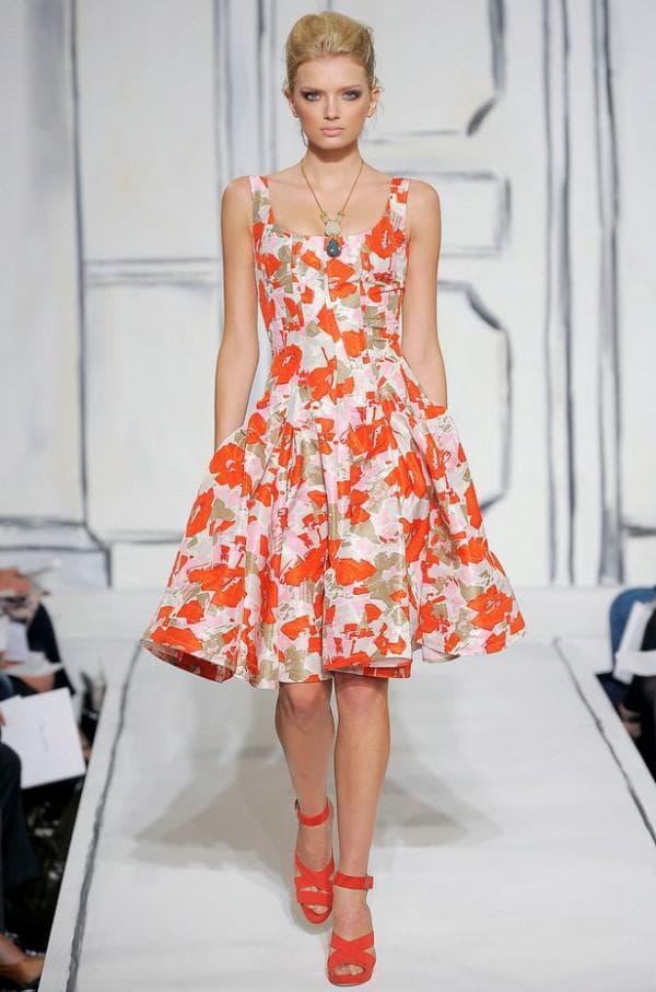 платье в цветочки среднего размера
