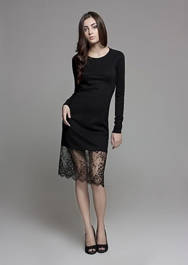 простое платье украшенное кружевом