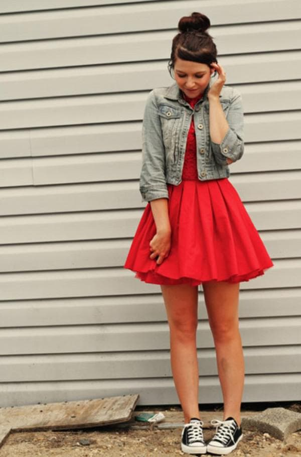 короткое красное платье с кедами