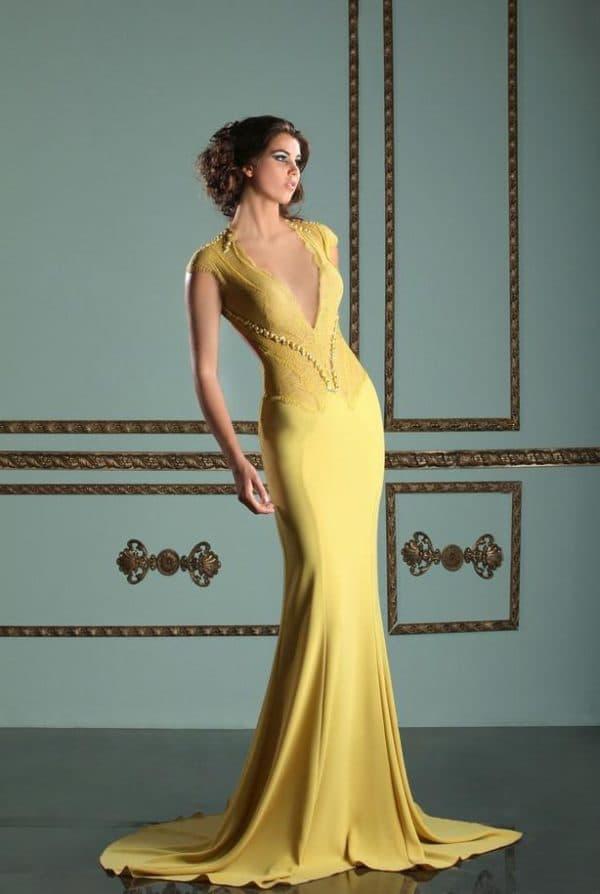 атласное платье в пол желтого цвета