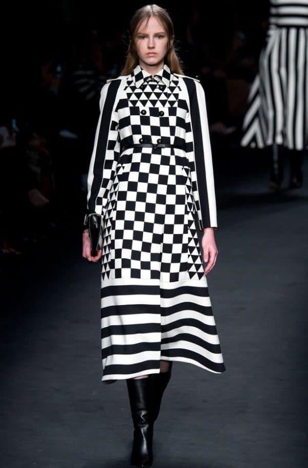 черно белое платье с геометрическим принтом