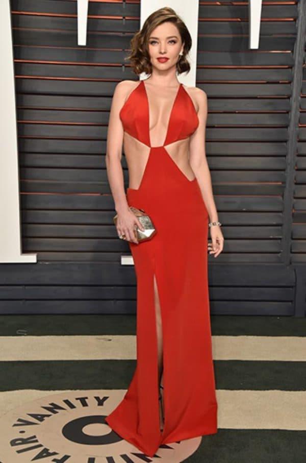 Сексуальное красное платье с открытой спиной