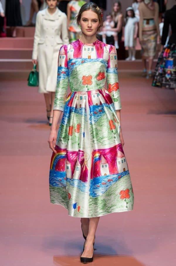 Платье с детским рисунком модное
