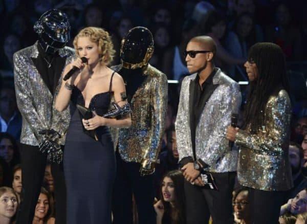 Певица в синем обтягивающем платье