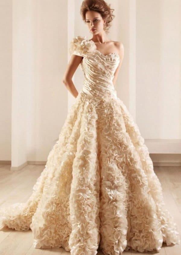 Пышное платье невесты цвета айвори