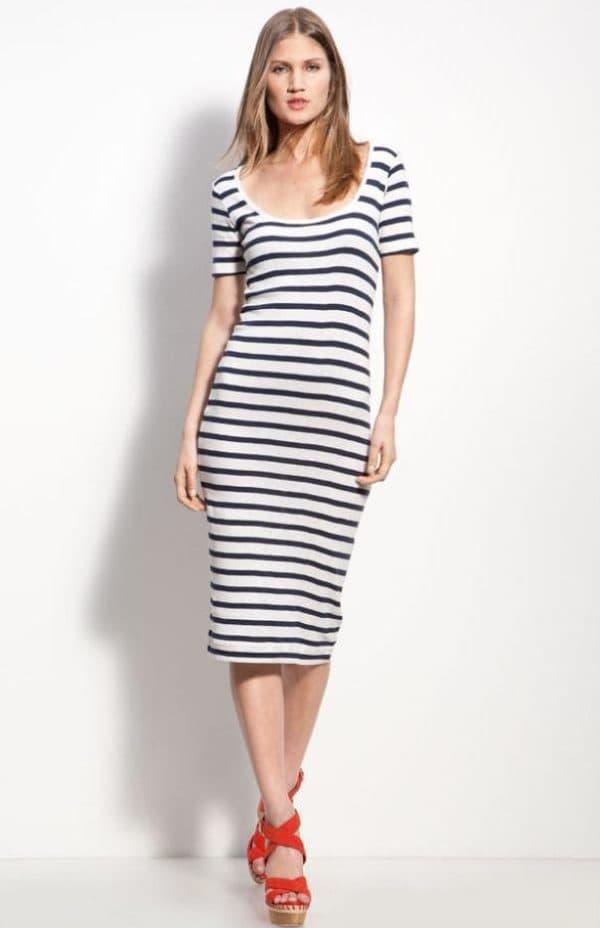 Летнее платье миди в черно-белую полоску