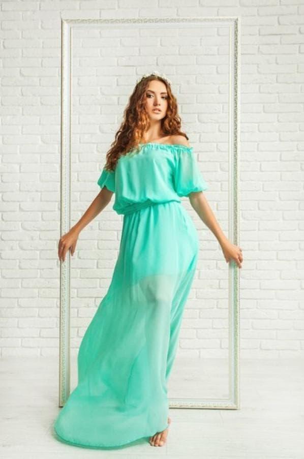 Зеленое платье из шифона в пол с открытыми плечами