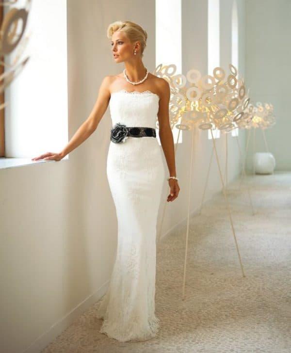 Белое обтягивающее платье для невесты