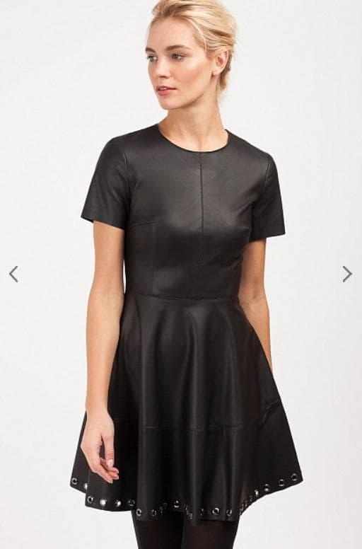 Короткое черное платье из экокожи