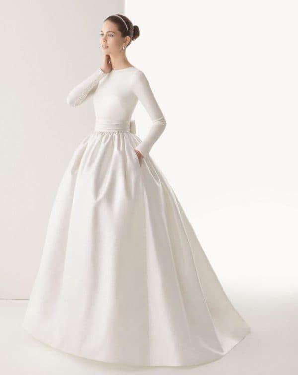 Атласное свадебное платье с длинными рукавами