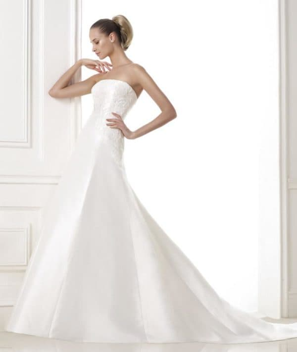 Атласное свадебное платье без бретелей