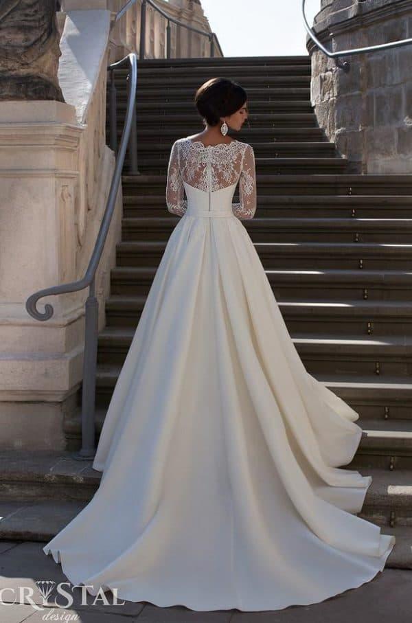 Свадебное платье со шлейфом из атласа и кружева